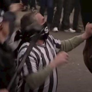 馬を殴打する男性