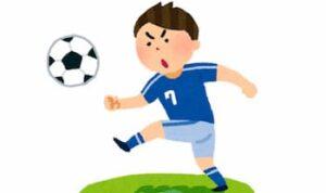 サッカーをしている男性