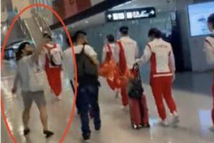 中国選手団に近づくファン