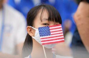 アメリカ国旗を持つ学生